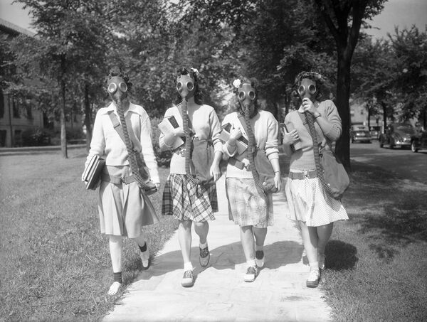Looking ahead to the possibility that gas masks may some day be a necessary part of their ensemble, these University of Detroit students are trying out masks in a practice drill on the campus June 23, 1942. - Sputnik International