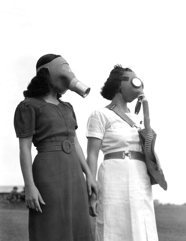 War jitters has Manila trying on gas masks. Most of the masks are imported from the U.S. some of them are manufactured locally. Shown, what the well dressed Filipina will wear en route to the air raid shelter in Manila, Philippines on August 5, 1941.  - Sputnik International