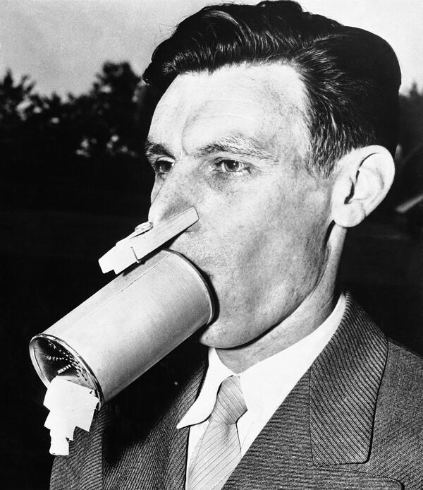 A tin can, clothes pin and some chemically-treated absorbent material make up this home-made gas mask designed and worn by Vernon A. Bowers, a chemist in Baltimore, June 4, 1942. - Sputnik International