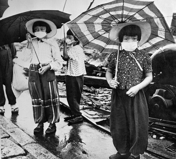 Picture dated 1948 showing children wearing masks to protect themselves from irradiation in the devastated city of Hiroshima after the US nuclear bombing on the city 06 August 1945 during World War II. - Sputnik International