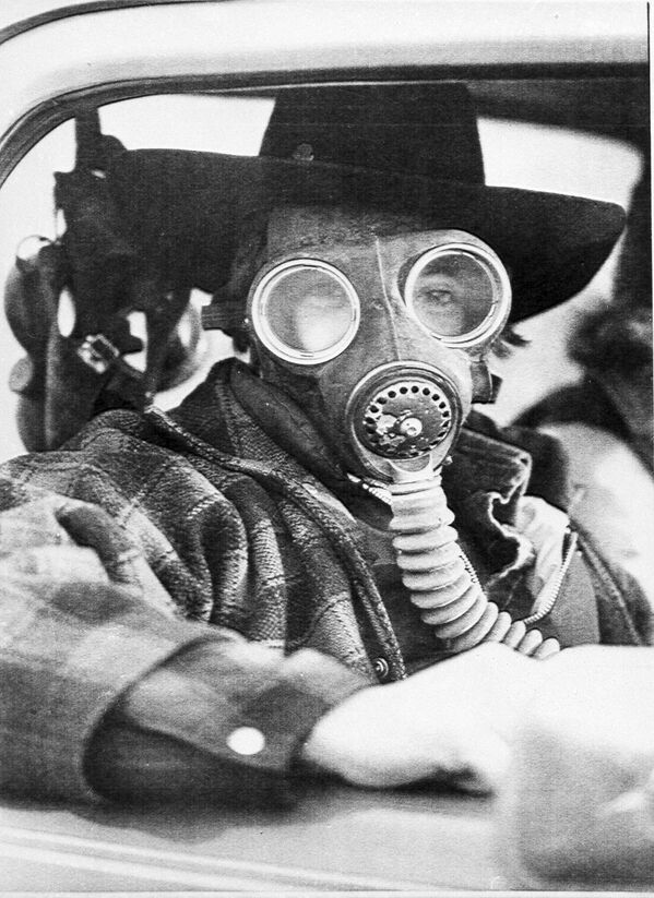 Eric Waltham wears a gas mask while trying to find his way past a roadblock leading into the evacuated city of Mississauga, Ont., Canada, Nov. 12, 1979. The mask was to protect him from any possible eye and breathing problems that were reported in the area. A chemical train derailment caused the evacuation of 220,000 residents. - Sputnik International