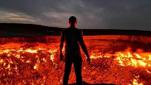 Man Stands in Front of Darvaza Crater in Turkmenistan - Sputnik International