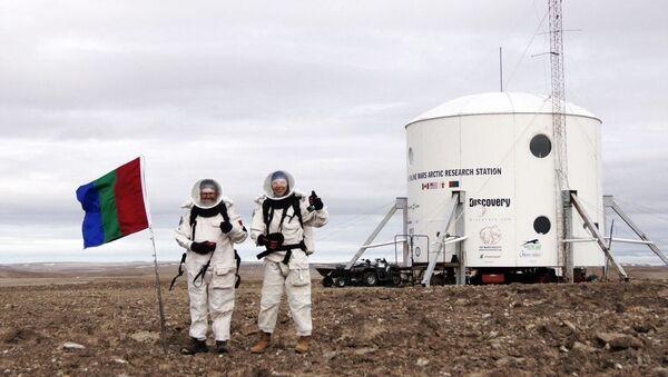 """Mars160"", Anastasia Stepanova and Jon Clarke imitating geological scouting on Mars (Arctic, Canada) - Sputnik International"