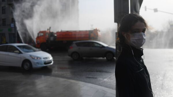A girl in a medical mask stands at the crossing in Moscow - Sputnik International