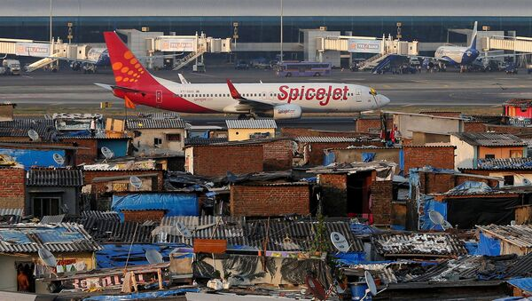 A SpiceJet passenger aircraft taxis on the runway at the airport next to a slum area in Mumbai December 19, 2014 - Sputnik International