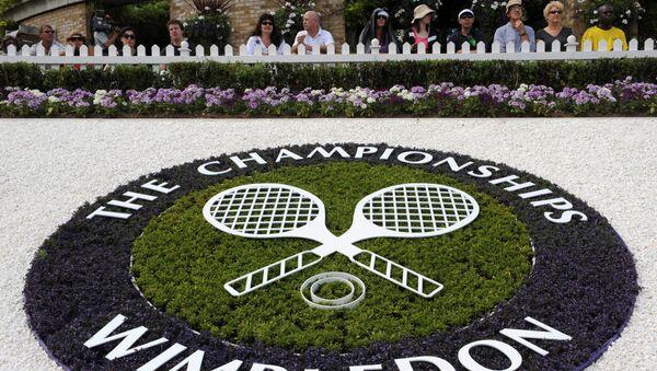 A Wimbledon logo is seen inside the grounds at the Wimbledon tennis championships in London 23 June 2008.     - Sputnik International
