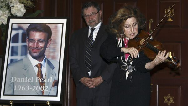 A photograph of Daniel Pearl at a memorial in 2007 - Sputnik International