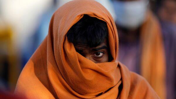 A homeless man stands in a queue as he waits for food during a 21-day nationwide lockdown to slow the spreading of the coronavirus disease (COVID-19) in New Delhi, India, April 3, 2020 - Sputnik International
