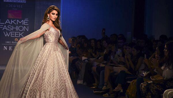 Indian Bollywood actress Urvashi Rautela presents a creation by designer Mausumi Mewawalla at the Lakmé Fashion Week (LFW) Winter Festive 2019 in Mumbai on August 25, 2019.  - Sputnik International