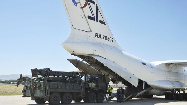 Military officials work around a Russian transport aircraft, carrying parts of the S-400 air defense systems, after it landed at Murted military airport outside Ankara, Turkey, Tuesday, Aug. 27, 2019. - Sputnik International