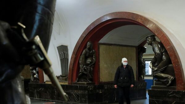 A man wearing a protective face mask walks at Ploshchad Revolyutsii (Revolution Square) metro station during a partial lockdown imposed to prevent the spread of coronavirus disease (COVID-19) in Moscow, Russia April 2, 2020 - Sputnik International