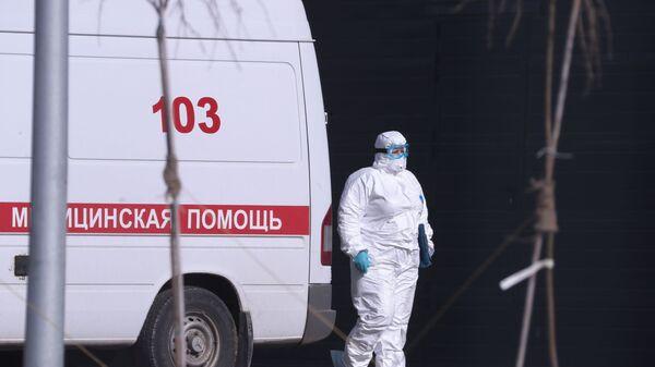 An ambulance near Russian hospital for coronavirus treatment in Kommunarka, Moscow. - Sputnik International