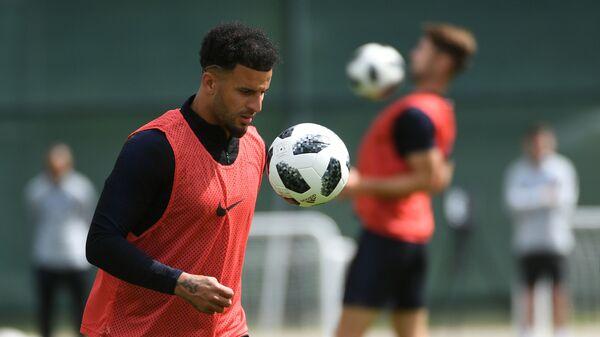 England's Kyle Walker plays with a ball  - Sputnik International