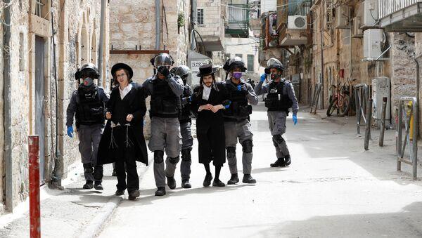 Israeli police detain ultra-Orthodox Jewish men during scuffles as police enforce a partial lockdown against the coronavirus disease (COVID-19) in Mea Shearim neighbourhood of Jerusalem March 30, 2020 - Sputnik International