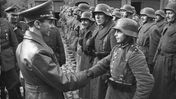 9 March 1945: Goebbels awards a 16-year-old Hitler Youth, Willi Hübner, the Iron Cross for the defence of Lauban - Sputnik International