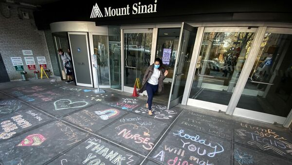 A woman exits Mount Sinai Hospital in Manhattan past messages of thanks written on the sidewalk during the outbreak of the coronavirus disease (COVID19) in New York City, 7 April 2020.  - Sputnik International