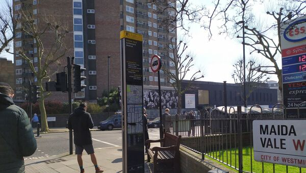 Queue around the corner from a Tesco in West London during COVID-19 outbreak, 27 March 2020 - Sputnik International