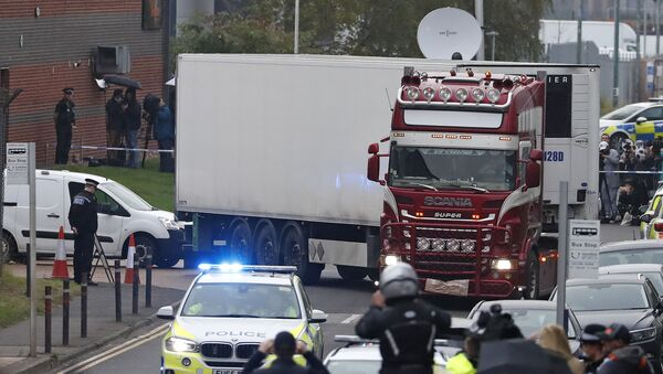 The lorry in which 39 Vietnamese migrants died is removed from an industrial park in Essex - Sputnik International
