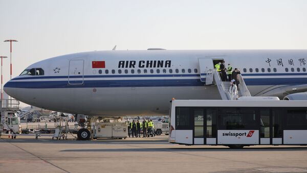 Members of an aid expedition in protective masks disembark from Air China plane carrying medical supplies donated by the Chinese government, in Athens, Greece, March 21, 2020. REUTERS/Alkis Konstantinidis - Sputnik International