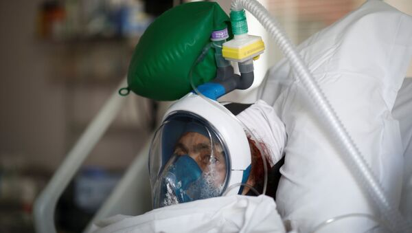 A patient suffering from coronavirus disease (COVID-19) wears a full-face Easybreath snorkelling mask given by sport chain Decathlon and turned into a ventilator for coronavirus treatment at the intensive care unit at Ambroise Pare clinic in Neuilly-sur-Seine near Paris, as the spread of the coronavirus disease continues in France, April 1, 2020. - Sputnik International