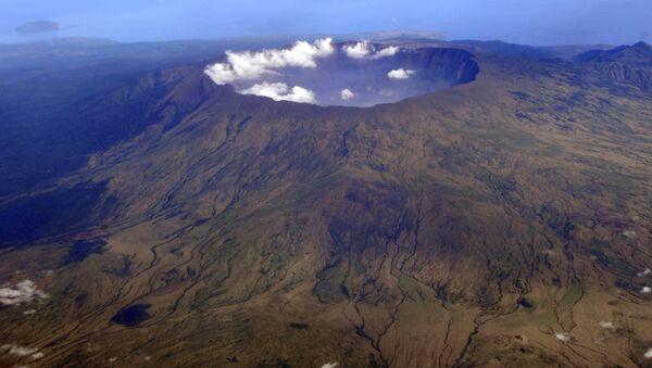 In this 19 October 2010 aerial photo, Mount Tambora's 10 kilometre-wide,1 kilometre-deep volcanic crater, created by the April 1815 eruption, is shown. - Sputnik International