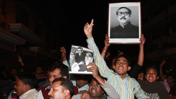 Cheering supporters carry a portrait of the country's independence leader Sheikh Mujibur Rahman outside the Dhaka central jail  in Dhaka, Bangladesh, early Thursday, Jan. 28, 2010. - Sputnik International