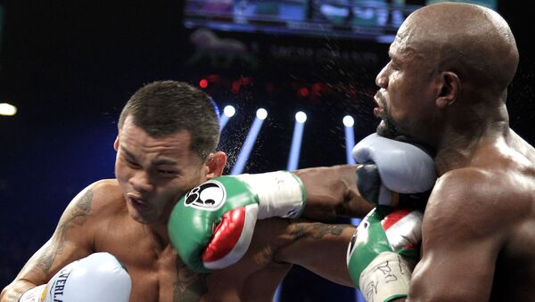 Floyd Mayweather Jr. of the US and  Marcos Maidana (L) of Argentina, exchange punches on September 13, 2014 at The MGM Grand, Las Vegas - Sputnik International