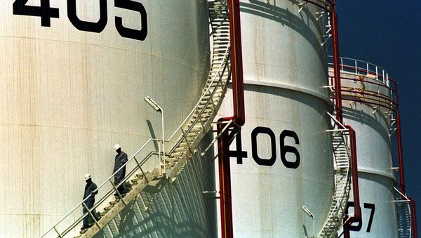 In this Monday, September 25, 2000 file photo, two workers climb down from one of the tanks in an oil tank-farm in Jebel Ali, 25 miles (40 kms.) south of Dubai in the United Arab Emirates. - Sputnik International