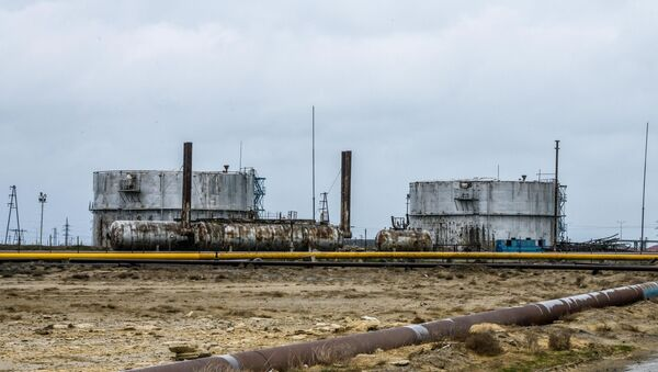 Surakhani Oil Field t the coast of the Caspian Sea outside Baku - Sputnik International