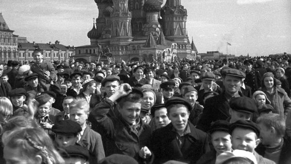 Crowds on Red Square celebrate the Soviet Union's victory over Nazi Germany in Great Patriotic War (1941-1945) - Sputnik International