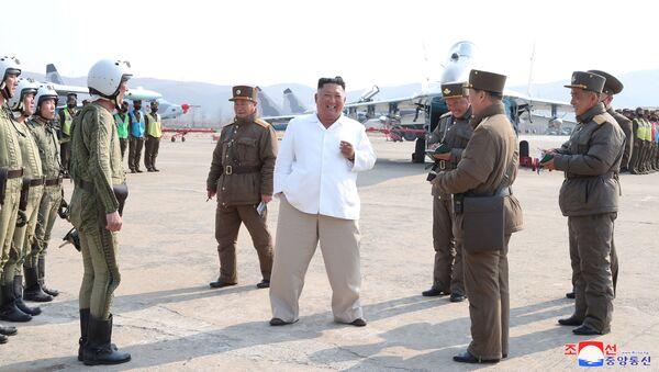 Северокорейский лидер Ким Чен Ын во время посещения группы штурмовых самолетов Авиационно-Зенитной дивизии - Sputnik International