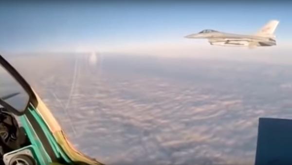 MiG-31 faces off against NATO F-16 in undated video. - Sputnik International