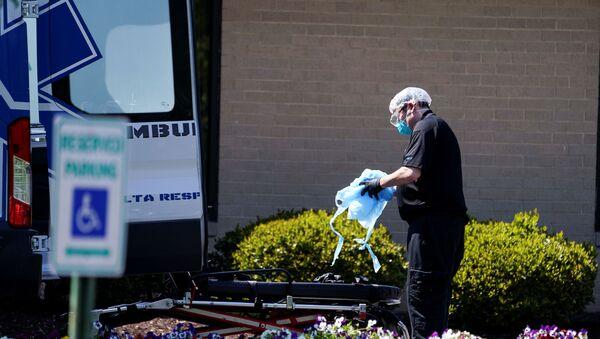 An ambulance worker is seen outside the Canterbury Rehabilitation & Healthcare Center in Richmond, Virginia, U.S., April 16, 2020 - Sputnik International