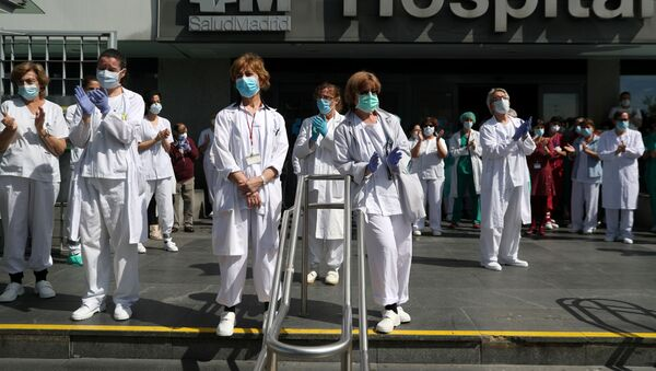 Staff from La Paz hospital applaud after a minute of silence to remember Joaquin Diaz, the hospital's chief of surgery who died of COVID-19, amid the coronavirus disease (COVID-19) outbreak in Madrid, Spain, April 20, 2020 - Sputnik International