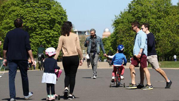 People are seen in Kensington Palace Park, as the spread of the coronavirus disease (COVID-19) continues, London, Britain, April 19, 2020.  - Sputnik International