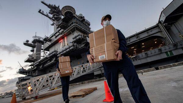 U.S. Navy sailors assigned to the aircraft carrier USS Theodore Roosevelt carry meals in Guam - Sputnik International