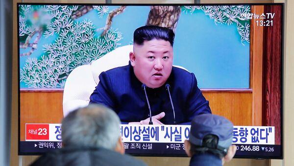 South Korean people watch a TV broadcasting a news report on North Korean leader Kim Jong Un in Seoul, South Korea, April 21, 2020 - Sputnik International