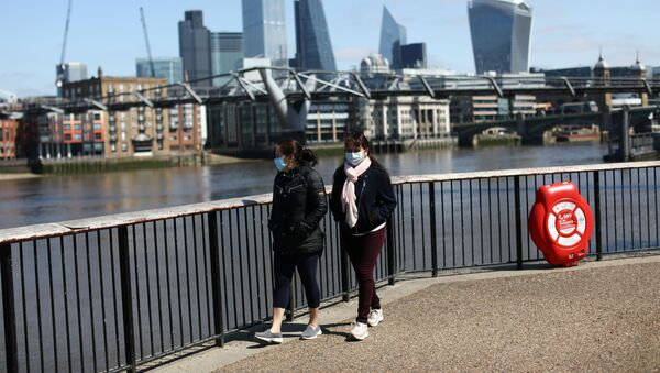 People are seen walking along the South Bank, as the spread of the coronavirus disease (COVID-19) continues, in London, Britain, April 25, 2020. REUTERS/Simon Dawson - Sputnik International