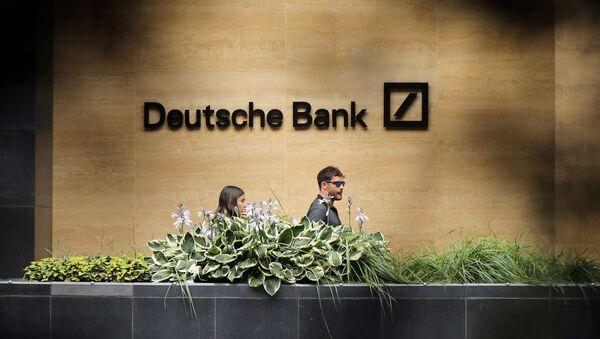 People walk past a Deutsche Bank office in London, Britain July 8, 2019 - Sputnik International