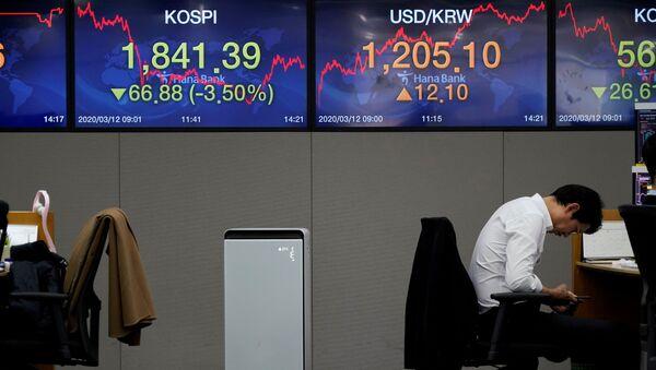 A currency dealer in a bank in Seoul - Sputnik International