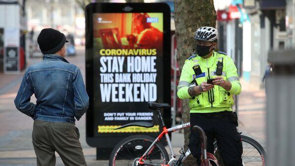 Police officer in UK city of Birmingham tells man he must leave the street amid COIVD-19 lockdown - Sputnik International
