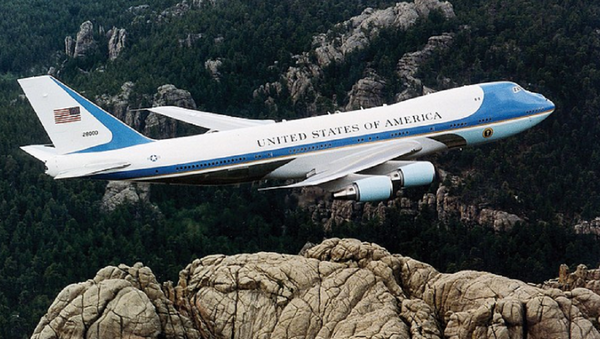 Air Force One, the typical air transport of the President of the United States of America, flying over Mount Rushmore. - Sputnik International