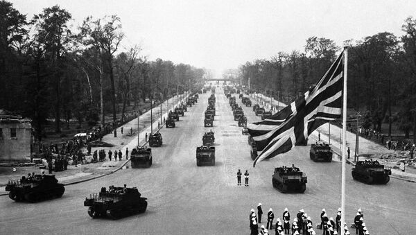 British tanks and troops parade through the centre of Berlin after Germany surrendered in 1945 - Sputnik International