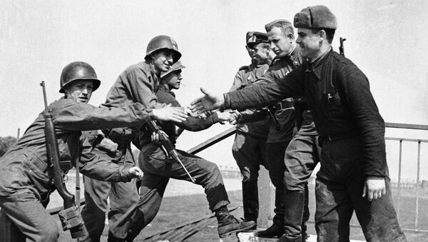 US and Soviet troops shaking hands after meeting up at Torgau on the Elbe river in Germany on 26 April 1945 - Sputnik International
