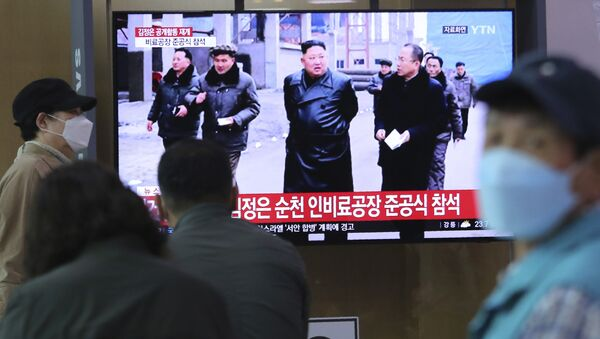 People watch a TV showing a file image of North Korean leader Kim Jong Un during a news program at the Seoul Railway Station in Seoul, South Korea, Saturday, May 2, 2020. Kim made his first public appearance in several weeks as he celebrated the completion of a fertilizer factory near Pyongyang, state media said Saturday, ending an absence that had triggered global rumors that he was seriously ill. The sign reads: Kim Jong Un attended a ceremony marking the completion of a fertilizer factory. - Sputnik International