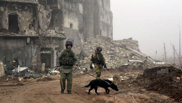 Russian sappers looking for mines in a street in Aleppo - Sputnik International
