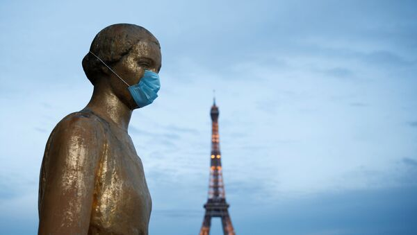 Golden Statue at the Trocadero square near the Eiffel Tower wears a protective mask during the outbreak of the coronavirus disease (COVID-19) in Paris, 2 May 2020 - Sputnik International