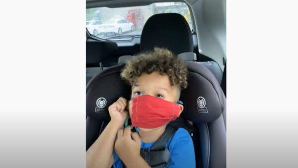 'Fine, I Need Help': Adorable Kiddo Struggles With Face Mask  - Sputnik International