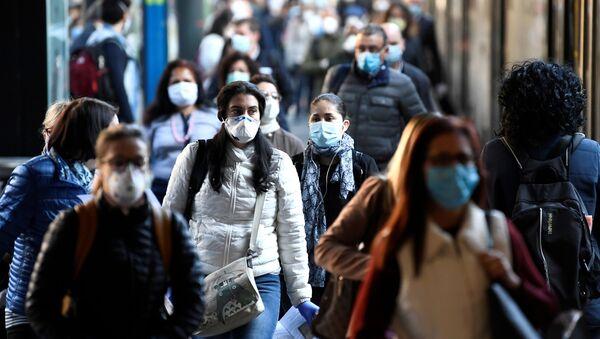 People wearing face masks arrive at the Cadorna railway station - Sputnik International