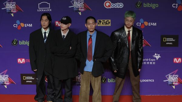 Members of South Korean music band Hyukoh pose for photos on the red carpet of the Mnet Asian Music Awards (MAMA) in Hong Kong, Friday, Dec. 1, 2017 - Sputnik International